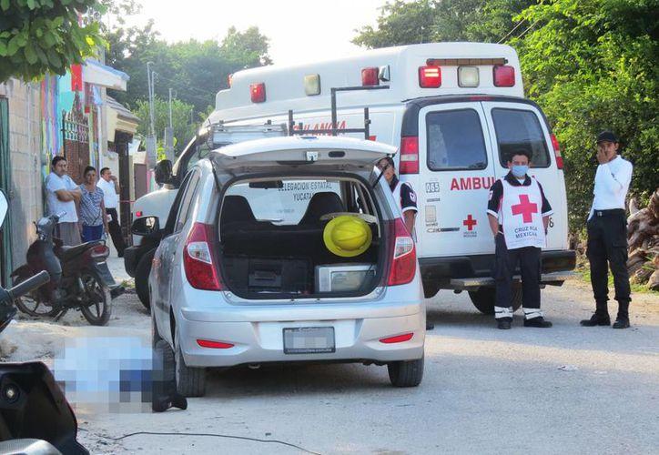 Cuerpo del empleado de una compañía de TV por cable terminó en el pavimento. El hombre murió electrocutado. (Milenio Novedsdes)