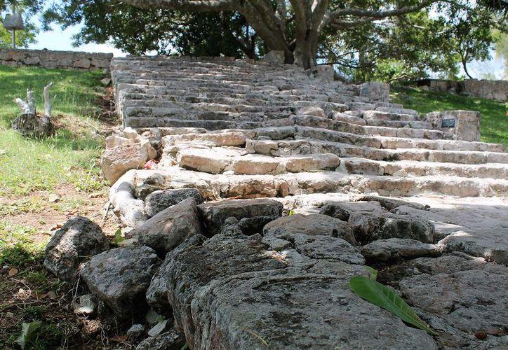 Los visitantes que llegan a Bacalar usan la escalinata para accesar a la fortificación. (Javier Ortiz/SIPSE)