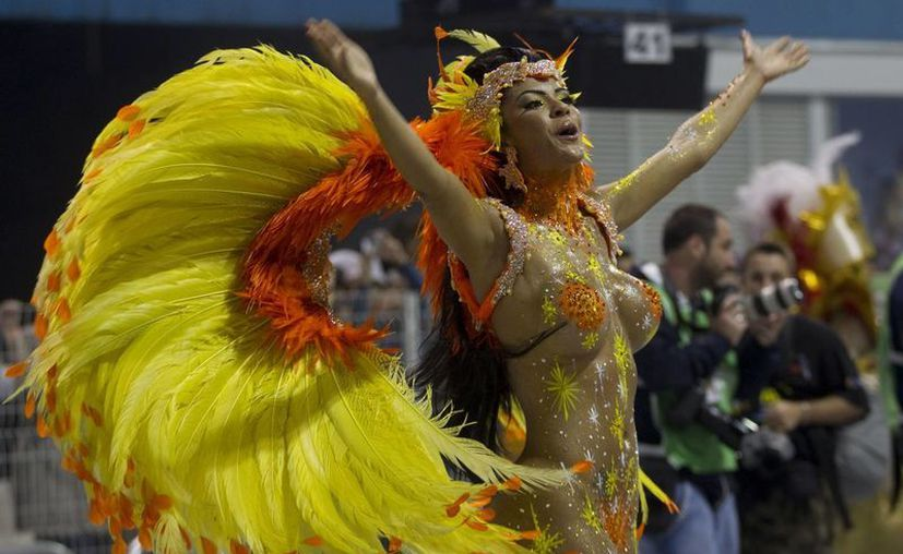 Una integrante de la escuela de samba Mancha Verde hace vibrar al sambódromo de Sao Paulo, Brasil. (AP)