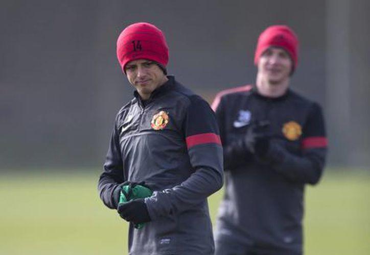 Javier Hernández, del Manchester United, entrena con sus compañeros en el campo de Carrington. (Agencias)
