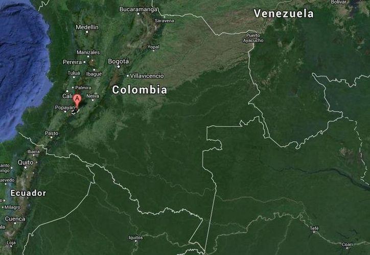 Guerrilleros de la FARC lanzaron artefactos explosivos desde una camioneta contra el cuartel de policía en Inzá, en Valle del Cauca. (Google Maps)