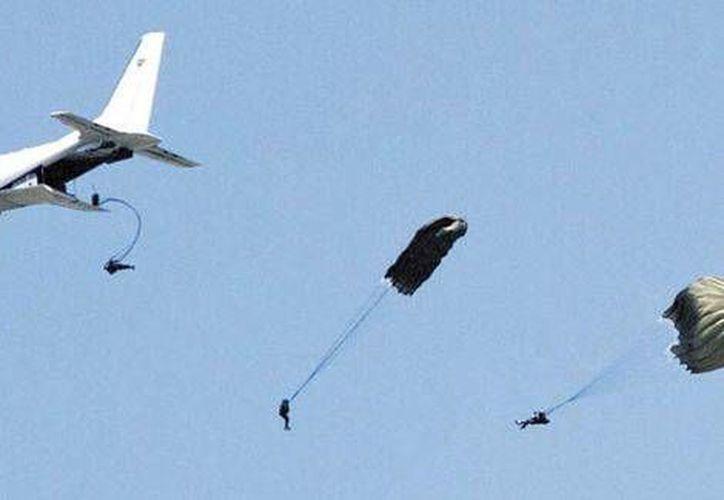 El salto en paracaídas fue una de las maniobras que más gustaron en el espectáculo de la Fuerza Aérea. (Milenio)