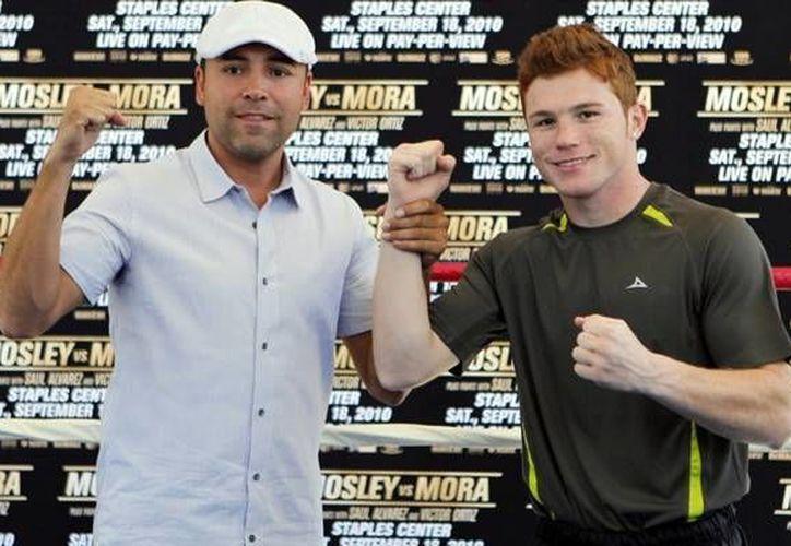 El boxeador, Saúl 'Canelo' Álvarez (d), renovó su contrato multianual con 'Golden Boy Promotions', empresa que dirige el mexico-estadounidense, Oscar de la Hoya (i).