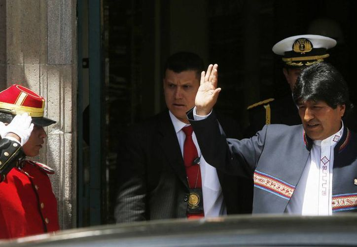 El presidente de Bolivia, Evo Morales, saluda a sus seguidores al salir del palacio de gobierno. (Agencias)