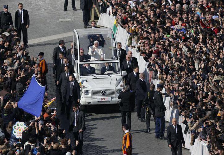 Tras avanzar en el Papamóvil entre la multitud, Benedicto XVI se reunió con autoridades. (Agencias)
