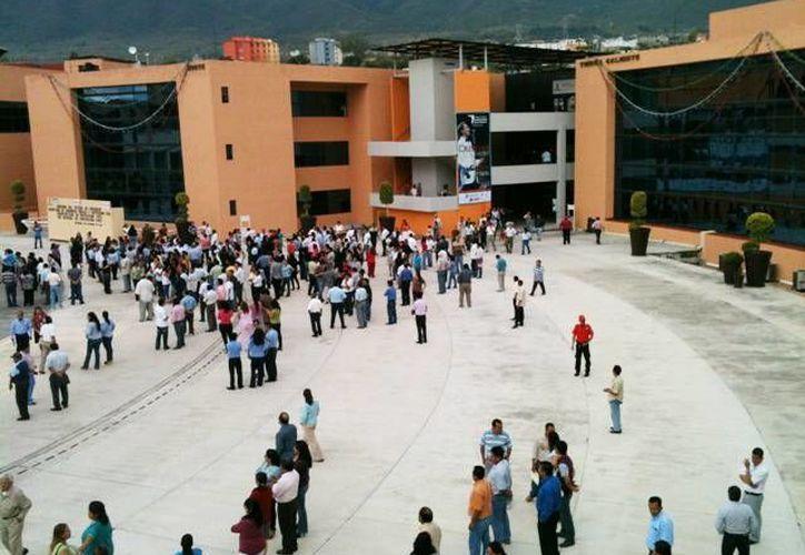 La balacera frente al Palacio de Gobierno de Guerrero se produjo alrededor de las 13:30 horas, pero los criminales lograron huir. (diariodezihuatanejo.mx)