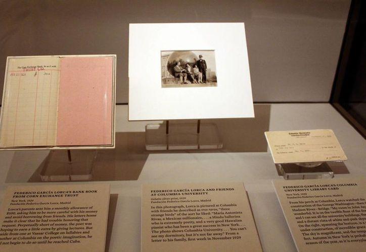 De izquierda a derecha: el cuaderno de banco, una fotografía y el carné de la biblioteca de Columbia de Federico García Lorca, en la Biblioteca Pública de Nueva York. (EFE)