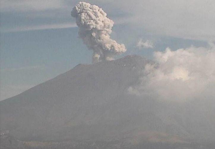 El volcán ha estado emitiendo una pluma densa de vapor de agua. (Notimex)
