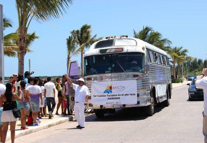 Se contó con la presencia del primer autobús turístico que tuvo Cancún en la caravana de autos antiguos. (Andrea Aponte/SIPSE)