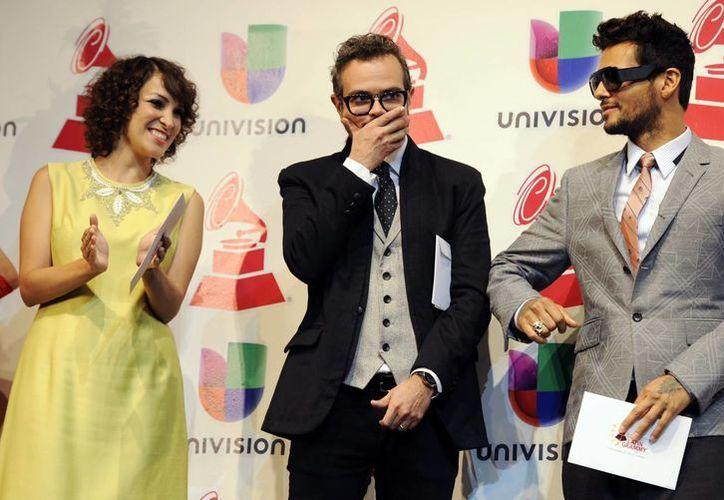 El cantante mexicano Aleks Syntek, en el centro, celebra su nominación a canción del año, junto a Gaby Moreno y Draco Rosa, en una conferencia de prensa en la que se anunciaron las candidaturas. (Agencias)