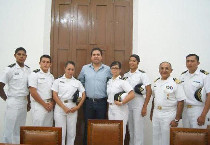 El presidente municipal de Progreso, Daniel Zacarías Martínez, se tomó la foto del recuerdo con los cadetes que lo visitaron el jueves. (Óscar Pérez/SIPSE)
