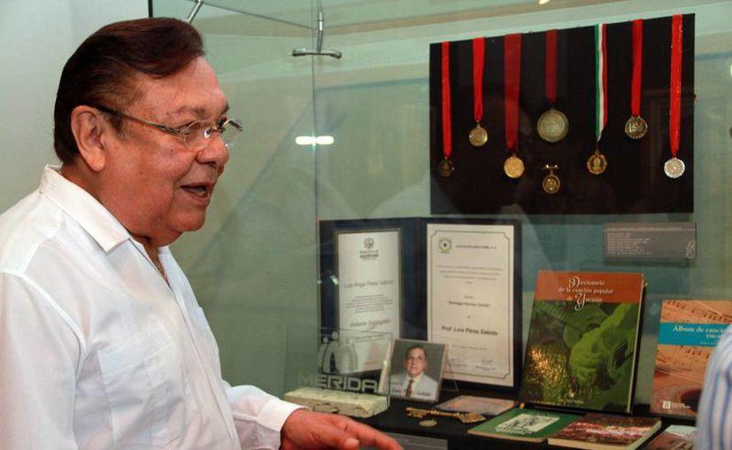 Luis Pérez Sabido, junto a los objetos expuestos en el Museo de la Ciudad, con motivo de la celebración de su cumpleaños. (Jorge Acosta/SIPSE)