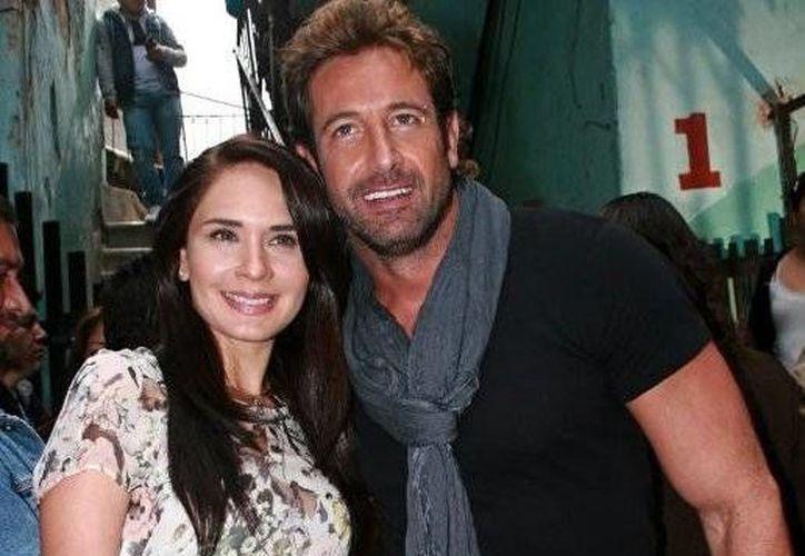 Gabriel Soto y Adriana Louvier protagonizan la nueva versión de 'Yo no creo en los hombres'. (telenovely.net)