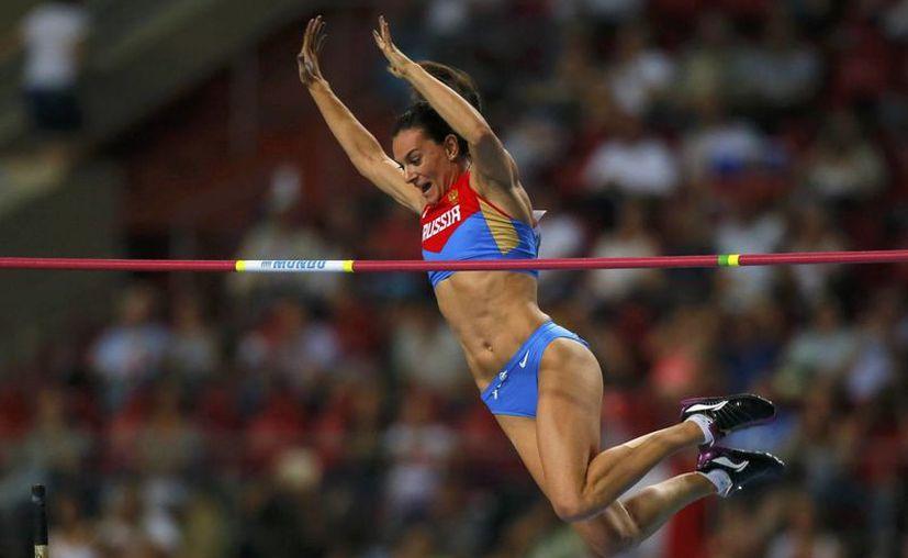 La pertiguista Yelena Isinbayeva, multimedallista olímpica, considera que se deben culpar a unos cuantos y no a todos los atletas rusos por dopaje, sin embargo la Iaaf ya emitió su veredicto. (espanol.rfi.fr)