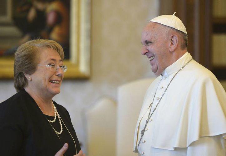 El Papa Francisco al dar la bienvenida a la presidenta chilena Michelle Bachelet durante una audiencia privada en el Vaticano. (Agencias)