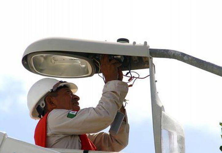 Los trabajadores aseguran que el estado en el que se encontraban los postes y el cableado, hace más pesada la labor de reparación. (Redacción/SIPSE)