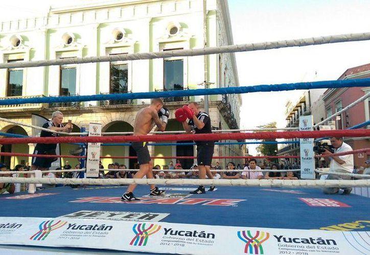 El inglés George Jupp en un entrenamiento este miércoles a un costado de la Plaza Grande, en preparación para su pelea de este sábado ante el yucateco Miguel 'Alacrán' Berchelt. (Fotos: Marco Moreno/Milenio Novedades)