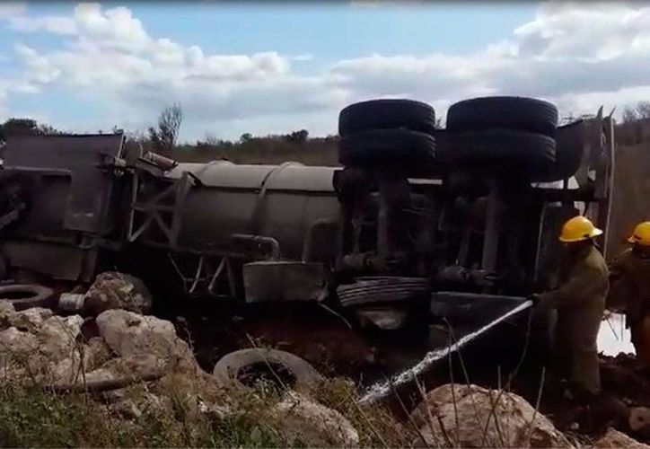 En la carretera Mérida-Cancún, un tráiler cargado de turbosina se volcó. No se reportaron heridos. (Fátima Ramírez/SIPSE)