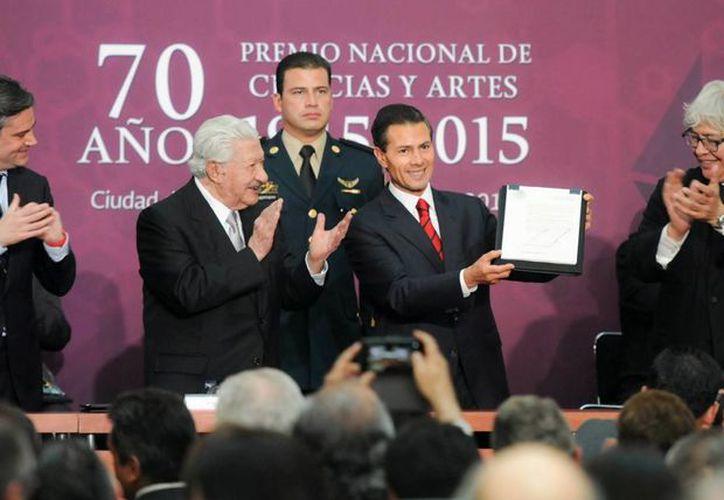 El Presidente Enrique Peña Nieto levanta la firma del decreto de la nueva Secretaría de Cultura, está acompañado por el actor Ignacio López Tarso (segundo de izq a der), galardonado con el Premio Nacional de Bellas Artes 2015. (presidencia.gob.mx)