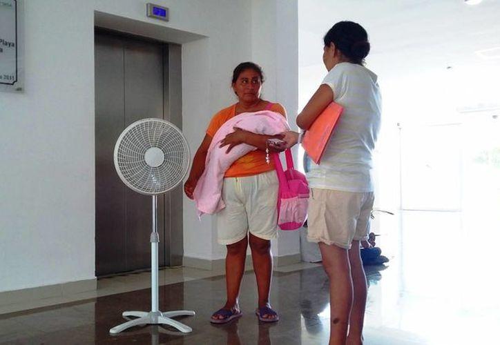 Los pacientes del Hospital General de Playa del Carmen han optado por llevar sus ventiladores, ante la falta de aire acondicionado. (Daniel Pacheco/SIPSE)