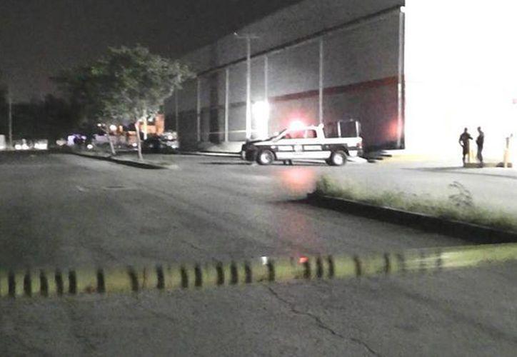 El cuerpo del occiso fue abandonado en un vehículo sobre la avenida Tikal. (Redacción)