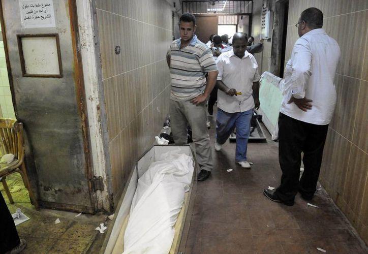 Más de 900 personas han muerto en Egipto, en su mayoría civiles simpatizantes de Mursi. (Agencias)