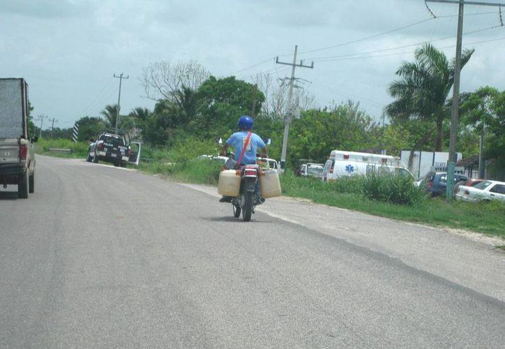 Los vendedores de gasolina de combustibles surten a las comunidades rurales. (Redacción/SIPSE)