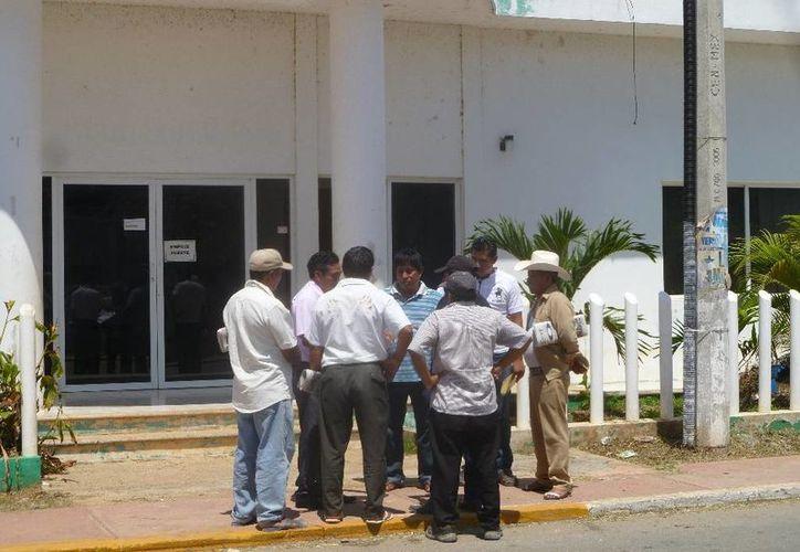 Varios ejidatarios acompañaron al comisario ejidal, hasta la cabecera municipal, a interponer una demanda. (Raúl Balam/SIPSE)