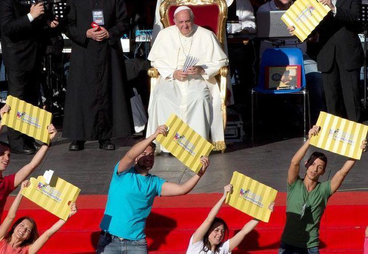 El Papa llenó de consejos y reflexiones a los jóvenes participantes en el encuentro. (EFE)