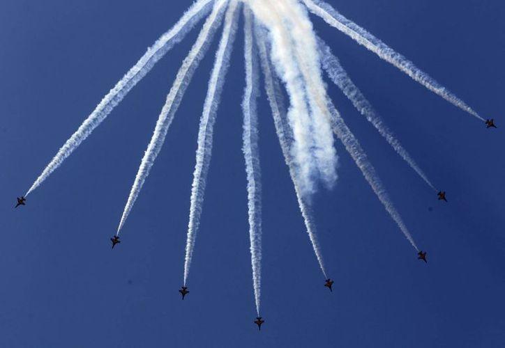 Pilotos surcoreanos del equipo acrobático Black Eagles realizan este viernes una exhibición aérea con aviones T-50 en Corea del Sur. (EFE)