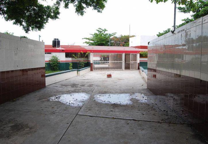 La primaria Benito Juárez es uno de los colegios que  resultaron afectados por  las precipitaciones pluviales.  (Tomás Álvarez/SIPSE)
