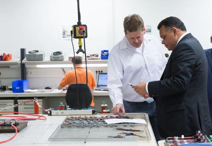 La nueva fábrica de la empresa alemana Leoni en Yucatán alcanzará los 18 millones de euros y la generación de dos mil 600 empleos. En la foto, el gobernador Rolando Zapata durante una visita a la planta en Kitzingen. (Foto cortesía del Gobierno de Yucatán)