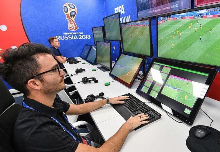 El VAR permite al árbitro consultar con colegas las jugadas más polémicas. (Internet)