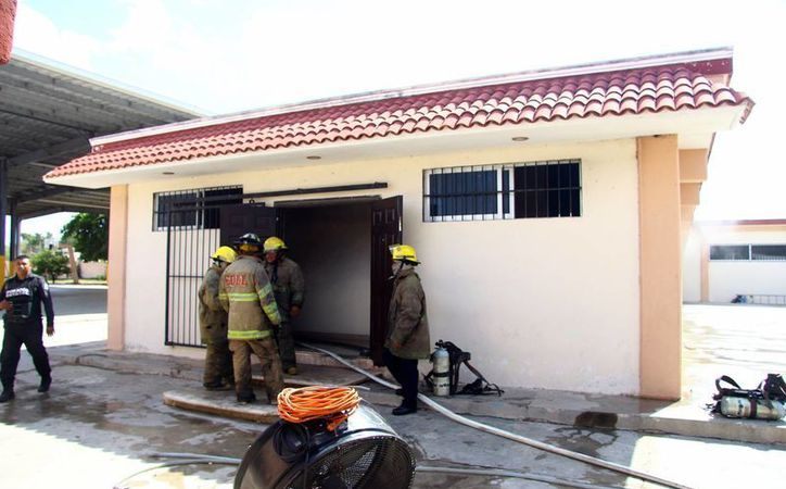 Un cortocircuito provocó llamas en un salón de la secundaria 'Eduardo Urzaiz Rodríguez'. (SIPSE)