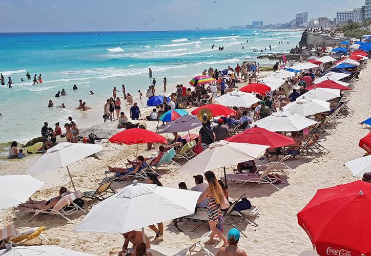 La renta de sombrillas y camastros en las playas genera ingresos vía el pago de derechos por uso de la zona federal. (Jesús Tijerina/SIPSE)