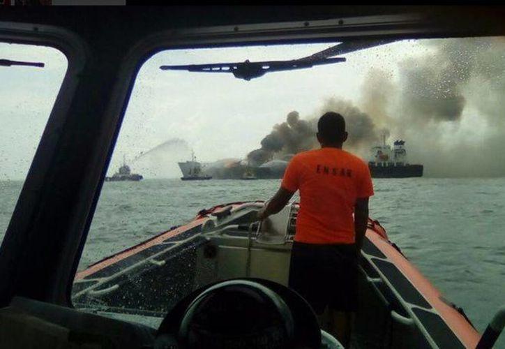 Hasta el lugar llegaron embarcaciones para apoyar al desalojo. (twitter/@SEMAR_mx )