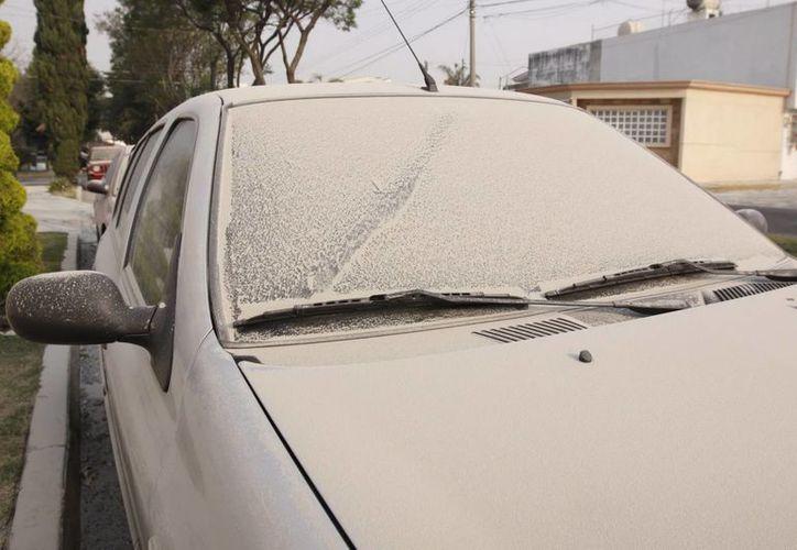 Las calles de la capital poblana amanecieron cubiertas de ceniza, debido a la actividad del volcán durante la madrugada de ayer. (Notimex)