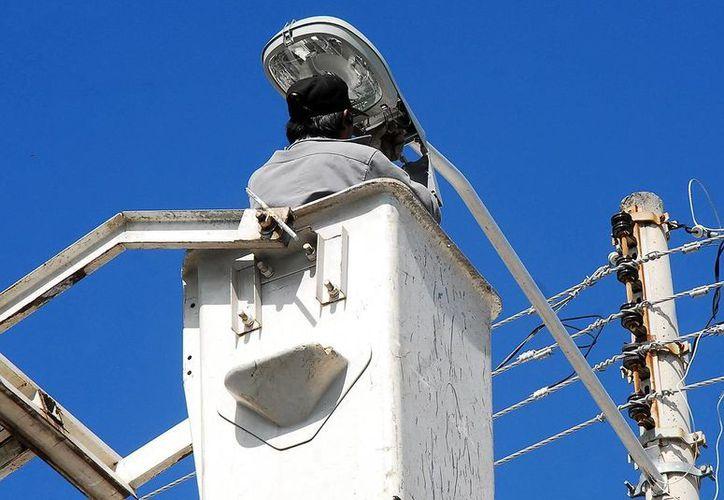 Están pendientes de colocar unas 70 mil lámparas de vapor de sodio en Mérida, que sustituyen a las luminarias de AB&C Leasing de México. (SIPSE/Archivo)
