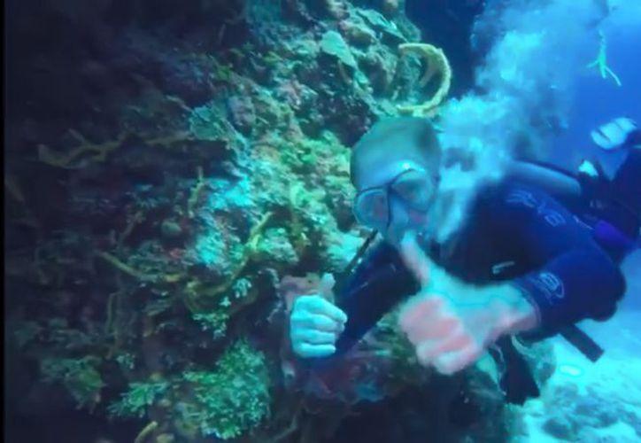 El cantante Emmanuel disfruta de los atractivos de Cozumel, comparte video buceando. (Captura de pantalla)
