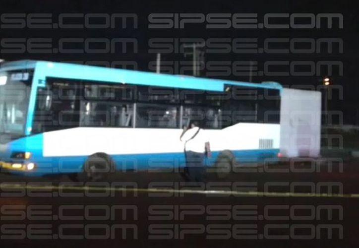 El autobús tenía largo rato estacionado y con las luces encendidas. (Redacción/SIPSE)