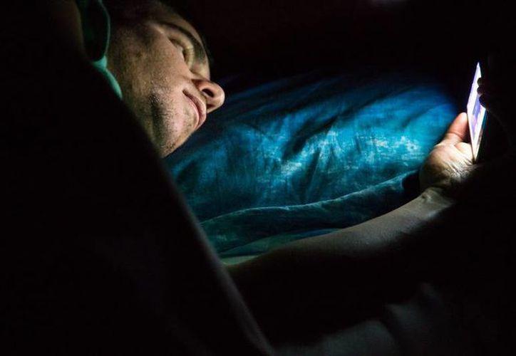 Las luces frías afectan el ciclo circadiano, el que regula el sueño y las comidas, lo que puede causar que el descanso no sea efectivo y se presenten alteraciones. Es por eso que Apple busca reducir el impacto de las mismas en los usuarios de sus dispositivos. (Imagen tomada de mashable.com)