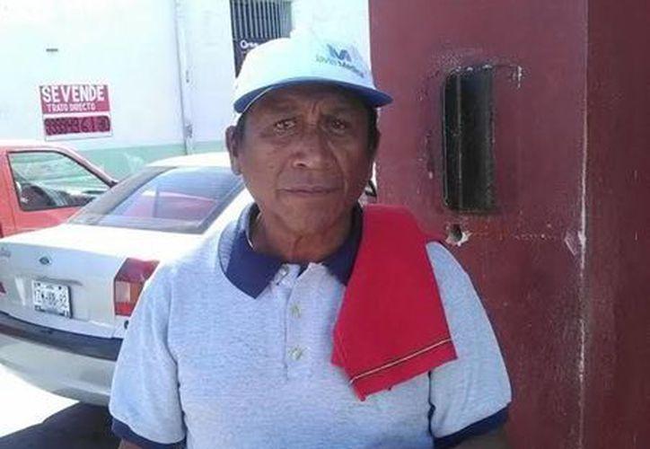 Don Rafael no solo es franelero, sino también se preocupa por orientar a sus clientes que acuden a solicitar la visa americana. (Milenio Novedades)