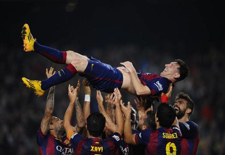 Felices por el gran logro de Messi, sus compañeros lo levantaron en hombros, pero todavía faltaba que el argentino marcara otro gol.