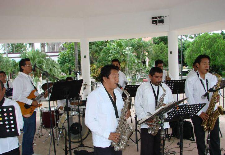 Los músicos comparten a la comunidad su estilo musical y repertorio variado. (Manuel Salazar/SIPSE)