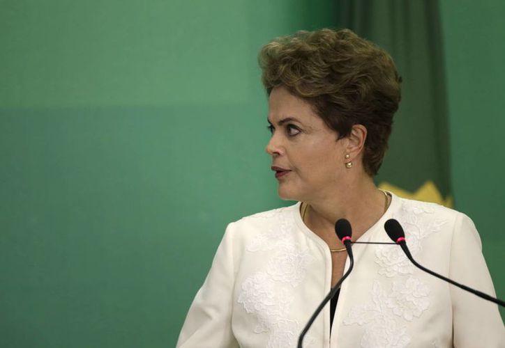 La presidenta Dilma Rousseff continúa sufriendo los embates de la dura crisis en su gobierno: el lunes nombró a un nuevo ministro de Justicia. (EFE)