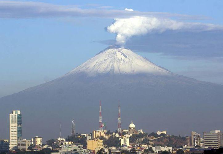 El amanecer del volcán Popocatépetl este viernes fue entre explosiones y cenizas. (Notimex)
