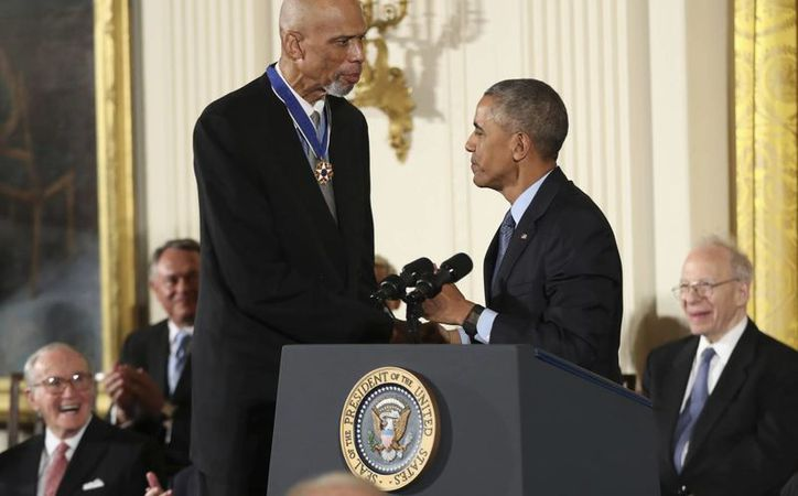 Kareem Abdul Jabbar, quien en la foto recibe una distinción presidencial, será honrado este diciembre con el premio Muhammad Ali. (Foto de archivo de AP)