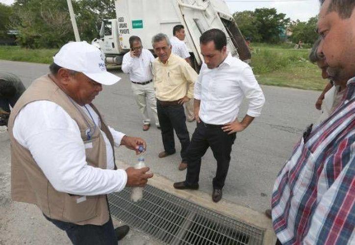 Se extiende una semana la campaña de abatización en colonias y fraccionamientos de Mérida, del día 11 al 15 de julio. Este sábado el alcalde Mauricio Vila inspeccionó ese tipo de trabajos. (Foto tomada de twitter)