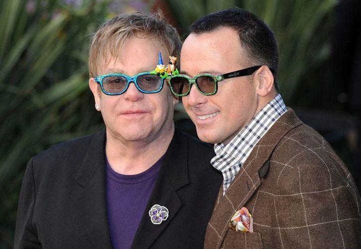 Elton John y David Furnish se casaron por lo civil en 2005 y tienen dos hijos. La pareja tendrá boda gay en mayo de este año. (Archivo/Efe)