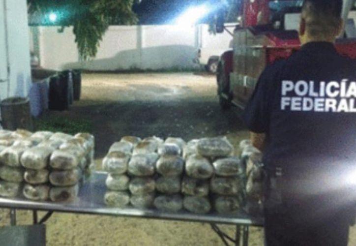Más de 100 paquetes de que contenían presunta droga fueron decomisados el fin de semana en un operativo carretero, en la zona limítrofe entre Quintana Roo y Campeche. (Redacción/SIPSE)